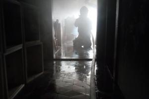 Požáru v rodinném domě předcházelo síření rámků ze včelích úlů