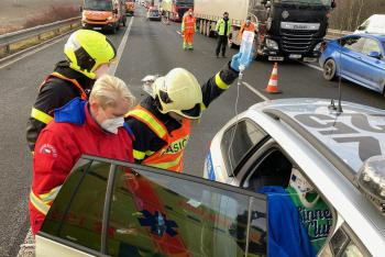 Nehoda tří vozidel na D1 na Novojičínsku si vyžádala dva zraněné řidiče