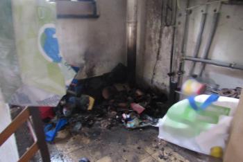 Cigareta zažehla požár, hasit ho pomohla prasklá vodovodní trubka