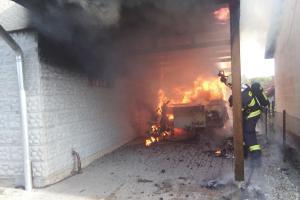 Požár karavanu a přístřešku u rodinného domu popálil člověka