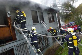 V Ostrově vyhořela ubytovna, při zásahu se zranil jeden hasič