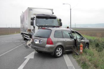 Náklaďák naboural do osobáku z boku v místě řidiče. Zranil ho a zaklínil