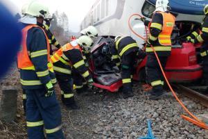 Další mrtví na kolejích. Střet vlaku s osobákem nepřežili dva lidé