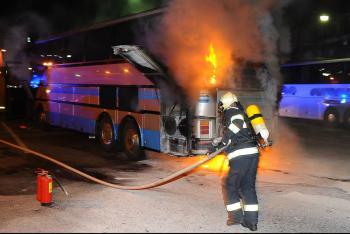 Shořel beze zbytku. Požár autobusu na Šumpersku hasiči rychle zlikvidovali