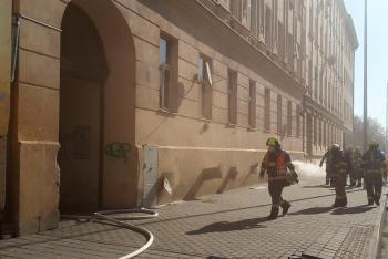 V Brně hasiči evakuovali obyvatele domu. Hořelo ve sklepě