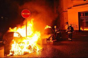 Požár kontejnerů v pražských Vršovicích zapálil i tři osobáky (VIDEO)