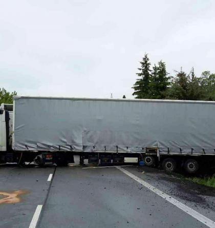 Kamion po nehodě zatarasil vozovku a vyprázdnil nádrž na silnici