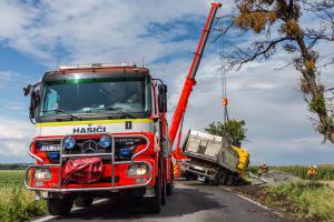 Hasiči vyprošťovali kamion, skončil i s nákladem štěrku v příkopu (VIDEO)