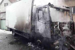 Požár náklaďáku v obci Chrtníč vozidlo vůbec nešetřil a na škodě taky ne