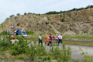 Zraněná žena v hlubokém lomu. Hasiči použili vrtulník a lezeckou skupinu