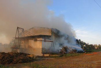 Požár zemědělského objektu na Opavsku. Jeho polovina byla v plamenech