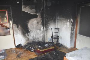Manželé zahájili chataření požárem v obýváku. Na rozvod to nevypadá