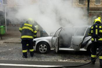 Hasiči likvidovali požár osobního vozidla v Pardubicích