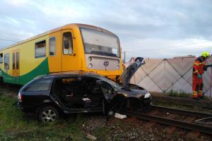 Neděle ve Velkých Hošticích: Auto na přejezdu, vlak ho srazil