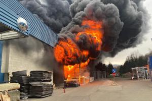 Požár průmyslové haly v Chrastavě. Řadí se mezi největší