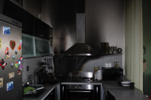 Připálený oběd i s kuchyní. Požár ji v Českých Budějovicích zle poničil