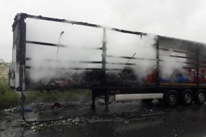 V Praze hořel návěs s použitými bateriemi, půlka návěsu zničená