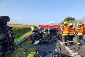 Při nehodě na D46 zemřel člověk, dvě osoby vyprostili hasiči