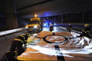Z deníku pražských hasičů: Skrvna na Vltavě, sebevrah na mostě