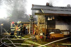 U vodní nádrže Skalka vyhořela chata a jeden lidský život