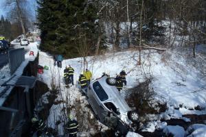 Řidič nezvládl řízení a zaparkoval v potoce. S hasiči přijela i záchranka
