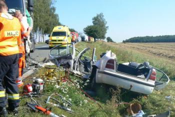 Mezi Holýšovem a Stodem zemřel při střetu osobáku s náklaďákem jeden z řidičů