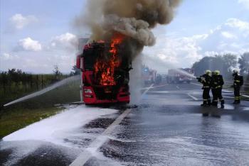 Požár kamionu na dálnici D7, prohořelo i palivové potrubí