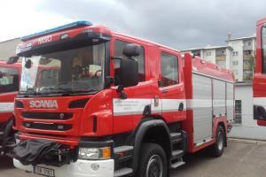 Důvod k radosti. Středočeští profesionální hasiči převzali pět nových cisteren
