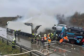 Tragická nehoda s následným požárem zablokovala Pražský okruh (VIDEO)