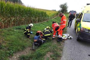 Motorkář měl nehodu, první pomoc mu poskytli jiní motorkáři