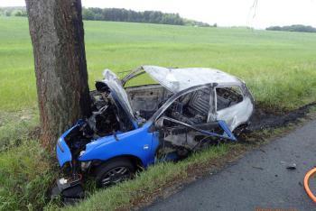 Po nárazu do stromu začalo auto hořet. Svědek vyrval  řidiče z plamenů