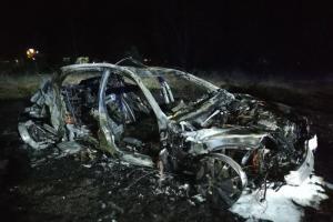 Rychlá jízda skončila smrtí. Řidič osobáku v autě po nárazu uhořel (VIDEO)