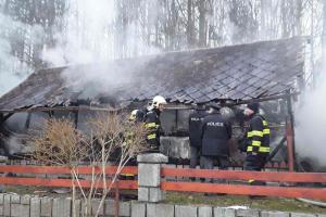 Černý dým v Černé Vodě na Jesenicku. Hořel přístavek rodinného domu