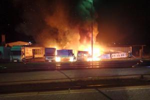 Nedělní večerní oheň v Lípě na Zlínsku. Hořely čtyři dodávky