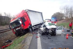Střet s náklaďákem řidič osobního auta nepřežil