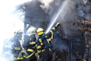 V Jenišově hořel rodinný dům, zásah komplikovaly výbuchy tlakových lahví