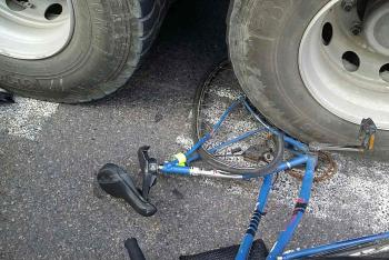 Asi to fakt trochu bolelo. Cyklistka se střetla s nákladním autem