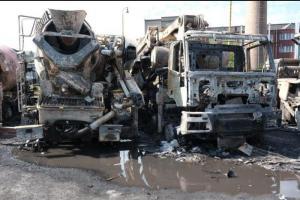 Parkování v plamenech. Noční požár pěti domíchávačů betonu ve Staříči
