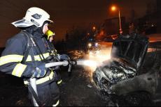 V pražských Kyjích hořela auta, plameny způsobily škodu dva miliony korun (VIDEO)