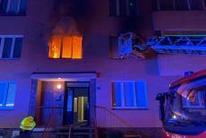 Stáli v okně a volali o pomoc. Byt v Karlových Varech celý v plamenech
