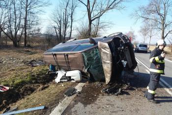 Malý mikrobus skončil u Plástovic jízdu velkou nehodou