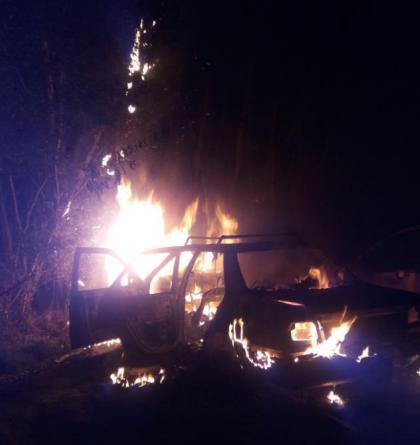 Bezcenný autovrak v moci plamenů, oheň nemilosrdně zničil jiný vůz