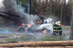 V lese u Nových Syrovic hořel harvestor, škoda je v milionech korun