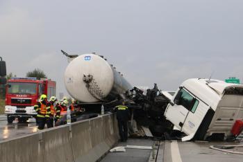 Dálnice D1 opět zkoušela trpělivost. Nehoda a požár zastavila dopravu (VIDEO)
