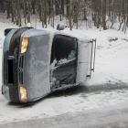 Zbytky ledu způsobily převrácení vozidla, zpět na kola mu pomohli hasiči