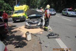 Na kruháku se srazila tři auta, jedna osoba skončila v nemocnici