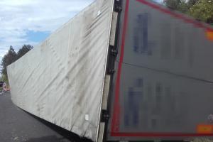U Bříství řidič sjel do příkopu a převrácený náklaďák ho uvěznil