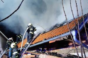 Ve Střelicích na Znojemsku hořela střecha hospodářské budovy