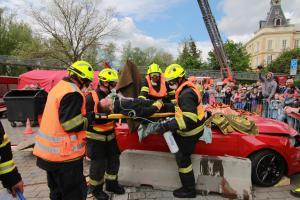 K soutěži ve vyprošťování dostali hasiči zbrusu nová auta. Dost si mákli!