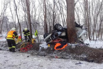 Mercedes vyjel mimo silnici. Nehoda u Halenkovic si vyžádala čtyři zraněné osoby